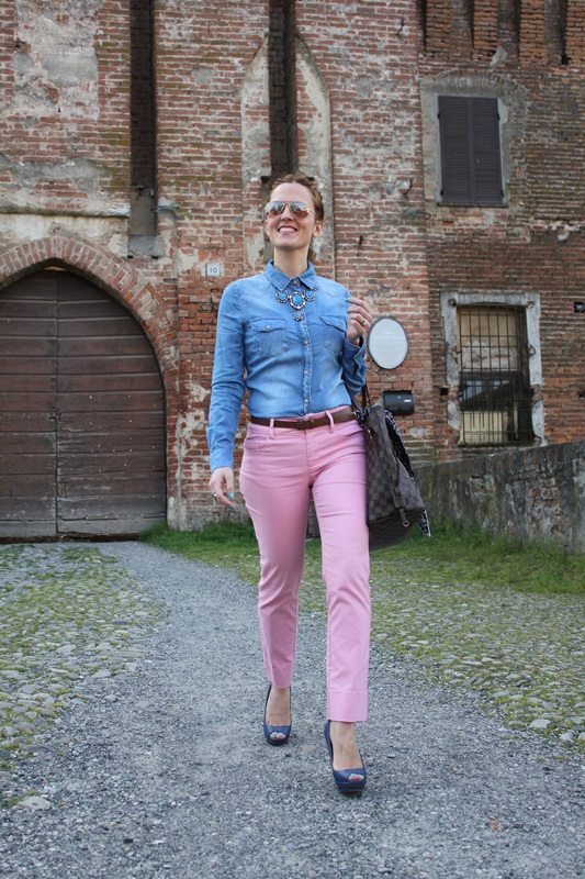 Margaret Dallospedale, Fashion blogger, The Indian Savage diary, Fashion blog, www.indiansavage.com, fashion tips, Beauty Tips, Lifestyle, Pink pants and Denim Shirt, 1
