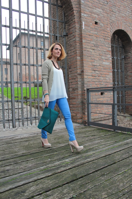 Margaret Dallospedale, Fashion blogger, Maggie Dallospedale Fashion diary, fashion tips, Lifestyle, Royal blue pants white top and gold cardigan, 2