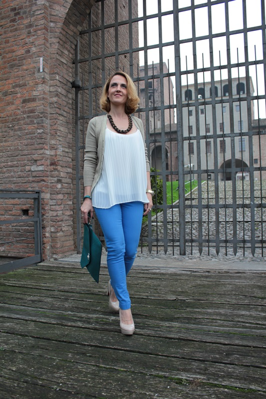 Margaret Dallospedale, Fashion blogger, Maggie Dallospedale Fashion diary, fashion tips, Lifestyle, Royal blue pants white top and gold cardigan, 3