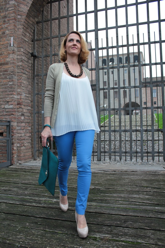 Margaret Dallospedale, Fashion blogger, Maggie Dallospedale Fashion diary, fashion tips, Lifestyle, Royal blue pants white top and gold cardigan, 4