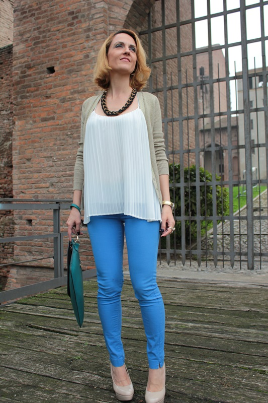 Margaret Dallospedale, Fashion blogger, Maggie Dallospedale Fashion diary, fashion tips, Lifestyle, Royal blue pants white top and gold cardigan, 6