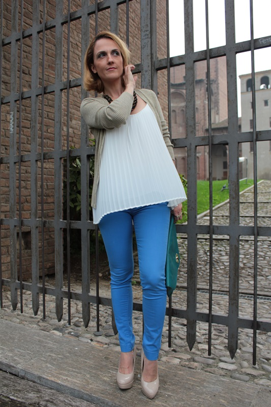 Margaret Dallospedale, Fashion blogger, Maggie Dallospedale Fashion diary, fashion tips, Lifestyle, Royal blue pants white top and gold cardigan, 7
