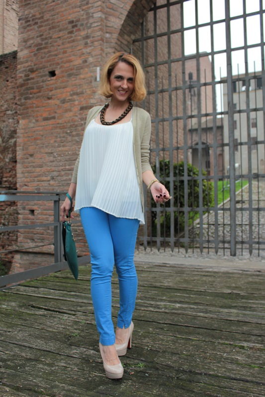 Margaret Dallospedale, Fashion blogger, Maggie Dallospedale Fashion diary, fashion tips, Lifestyle, Royal blue pants white top and gold cardigan, 8