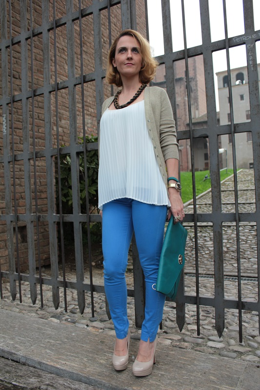 Margaret Dallospedale, Fashion blogger, Maggie Dallospedale Fashion diary, fashion tips, Lifestyle, Royal blue pants white top and gold cardigan, 9
