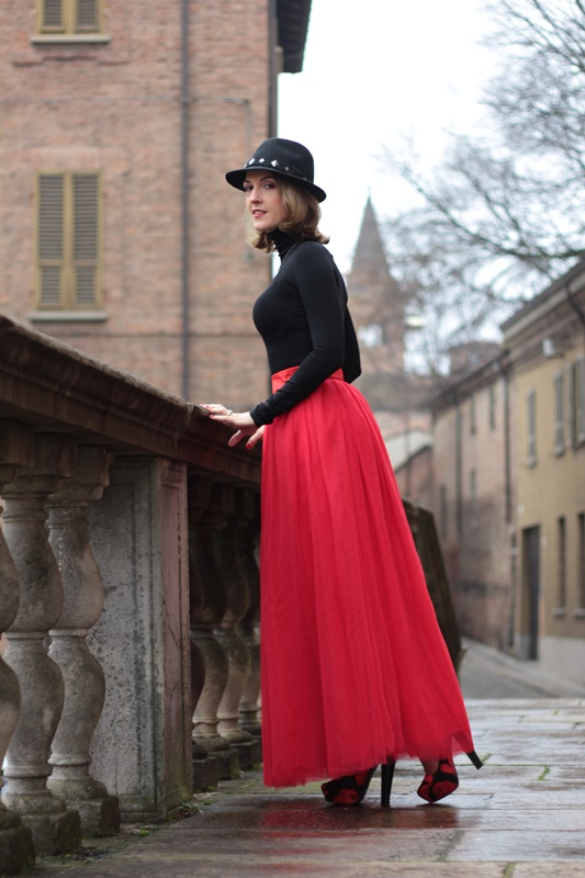 Fashion blogger, Fashion blog, Maggie Dallospedale fashion diary, fashion outfit, Red tulle skirt, Christmas outfit idea, 10
