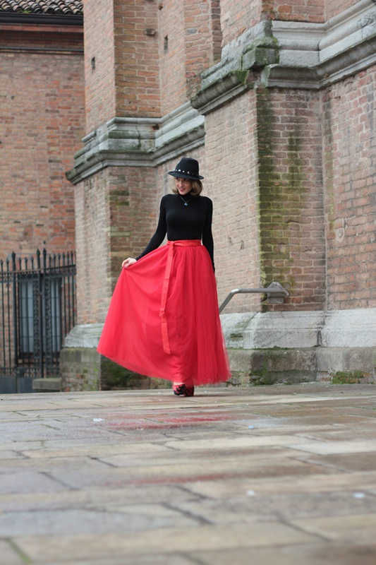 Fashion blogger, Fashion blog, Maggie Dallospedale fashion diary, fashion outfit, Red tulle skirt, Christmas outfit idea, 2