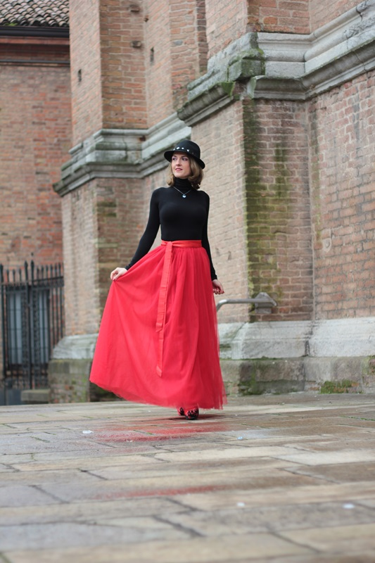 Fashion blogger, Fashion blog, Maggie Dallospedale fashion diary, fashion outfit, Red tulle skirt, Christmas outfit idea, 3