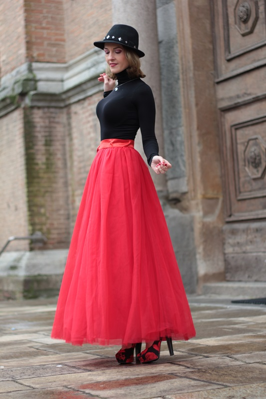 Fashion blogger, Fashion blog, Maggie Dallospedale fashion diary, fashion outfit, Red tulle skirt, Christmas outfit idea, 8