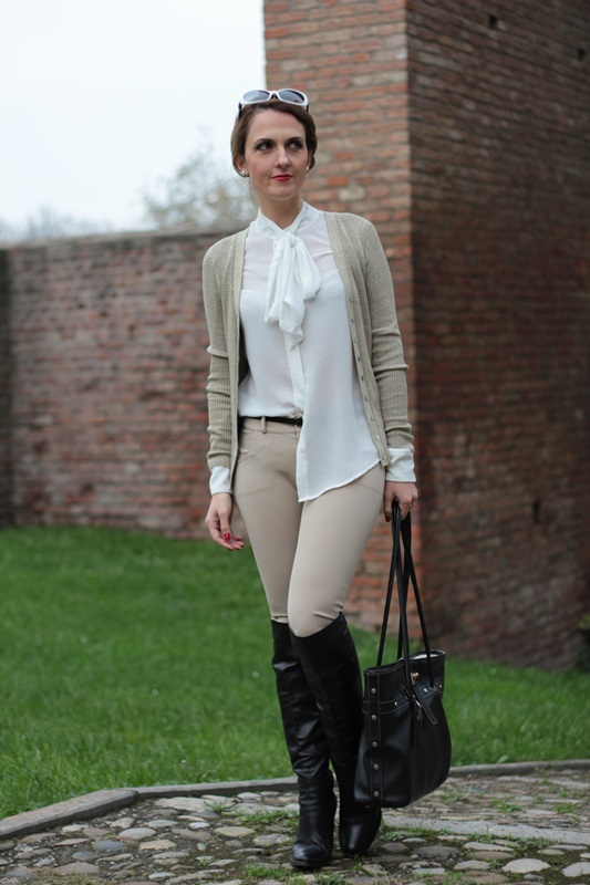 Margaret Dallospedale, Maggie Dallospedale fashion diary, Fashion blog, Fashion blogger,  fashion tips, how to wear, Outfits, OOTD, Fall outfit, Pants beige and white shirt, 2