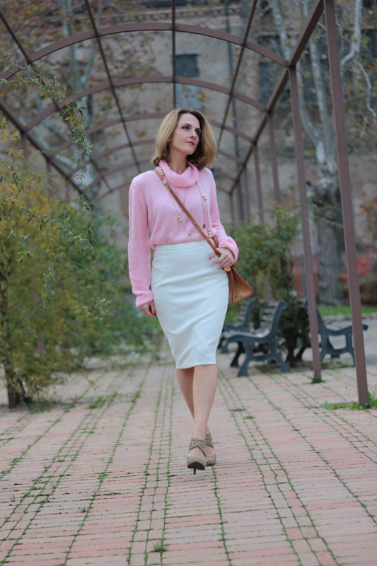 Margaret Dallospedale, Maggie Dallospedale fashion diary, Fashion blog, Fashion blogger,  fashion tips, how to wear, Outfits, OOTD, Fall outfit, Pink sweater and white skirt, 1