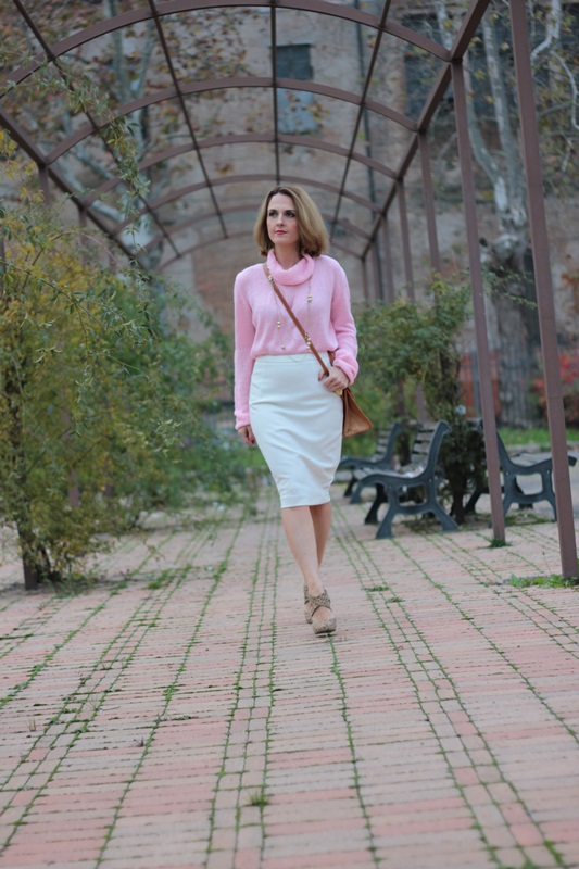 Margaret Dallospedale, Maggie Dallospedale fashion diary, Fashion blog, Fashion blogger,  fashion tips, how to wear, Outfits, OOTD, Fall outfit, Pink sweater and white skirt, 2