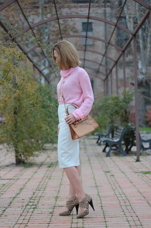 Margaret Dallospedale, Maggie Dallospedale fashion diary, Fashion blog, Fashion blogger,  fashion tips, how to wear, Outfits, OOTD, Fall outfit, Pink sweater and white skirt, 3
