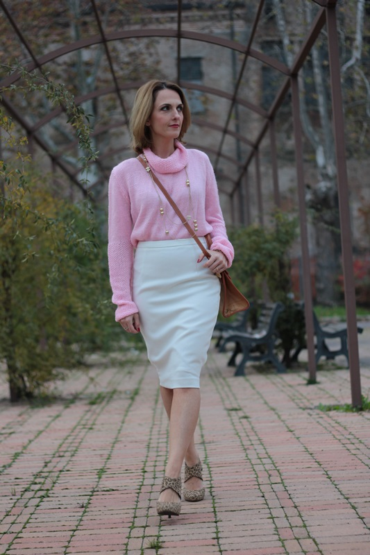 Margaret Dallospedale, Maggie Dallospedale fashion diary, Fashion blog, Fashion blogger,  fashion tips, how to wear, Outfits, OOTD, Fall outfit, Pink sweater and white skirt, 4