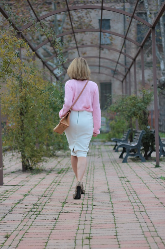 Margaret Dallospedale, Maggie Dallospedale fashion diary, Fashion blog, Fashion blogger,  fashion tips, how to wear, Outfits, OOTD, Fall outfit, Pink sweater and white skirt, 5