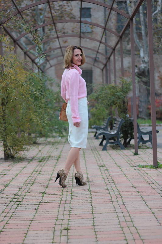 Margaret Dallospedale, Maggie Dallospedale fashion diary, Fashion blog, Fashion blogger,  fashion tips, how to wear, Outfits, OOTD, Fall outfit, Pink sweater and white skirt, 6