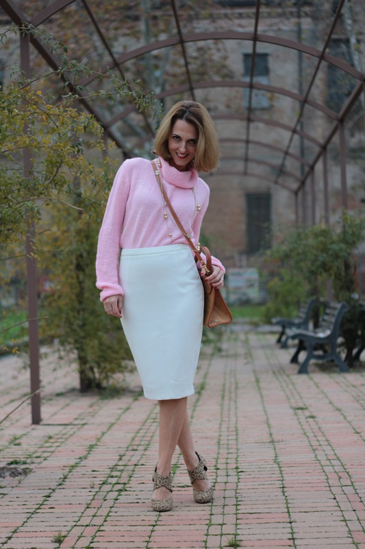 Margaret Dallospedale, Maggie Dallospedale fashion diary, Fashion blog, Fashion blogger,  fashion tips, how to wear, Outfits, OOTD, Fall outfit, Pink sweater and white skirt, 7