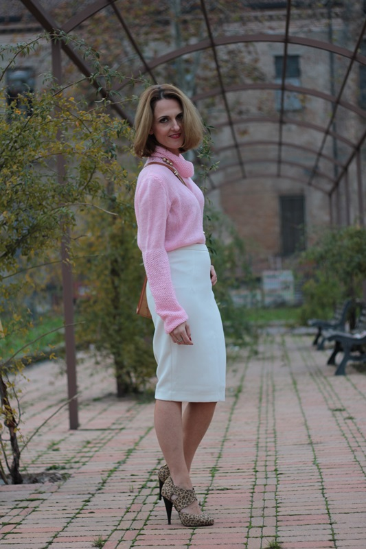 Margaret Dallospedale, Maggie Dallospedale fashion diary, Fashion blog, Fashion blogger,  fashion tips, how to wear, Outfits, OOTD, Fall outfit, Pink sweater and white skirt, 8