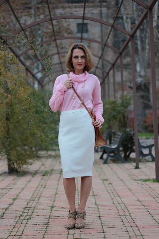 Margaret Dallospedale, Maggie Dallospedale fashion diary, Fashion blog, Fashion blogger,  fashion tips, how to wear, Outfits, OOTD, Fall outfit, Pink sweater and white skirt, 9