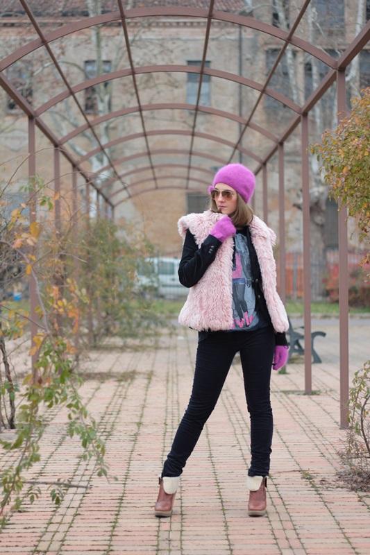 Fashion blogger, Fashion blog, Maggie Dallospedale fashion diary, fashion outfit, Pink Faux fur vest blue jacket, 1
