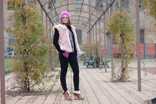 Fashion blogger, Fashion blog, Maggie Dallospedale fashion diary, fashion outfit, Pink Faux fur vest blue jacket, 14