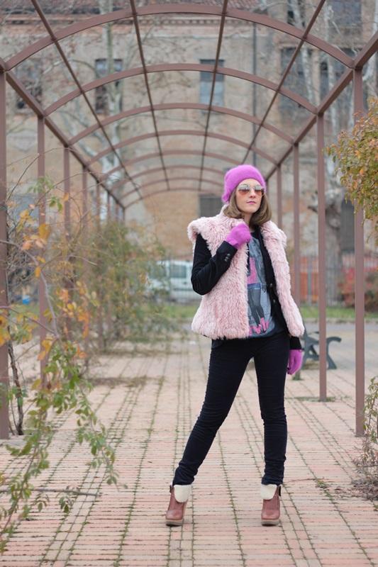 Fashion blogger, Fashion blog, Maggie Dallospedale fashion diary, fashion outfit, Pink Faux fur vest blue jacket, 4