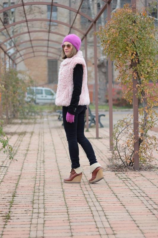 Fashion blogger, Fashion blog, Maggie Dallospedale fashion diary, fashion outfit, Pink Faux fur vest blue jacket, 5