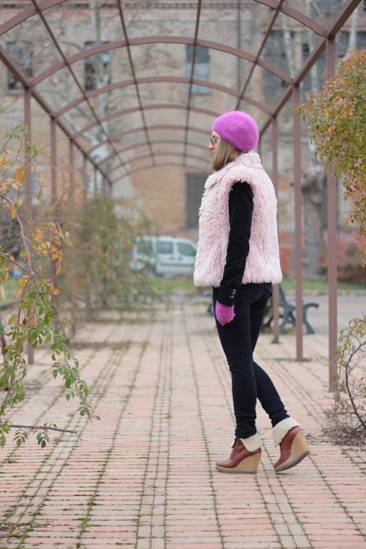 Fashion blogger, Fashion blog, Maggie Dallospedale fashion diary, fashion outfit, Pink Faux fur vest blue jacket, 7