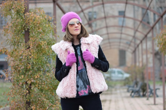 Fashion blogger, Fashion blog, Maggie Dallospedale fashion diary, fashion outfit, Pink Faux fur vest blue jacket, 8