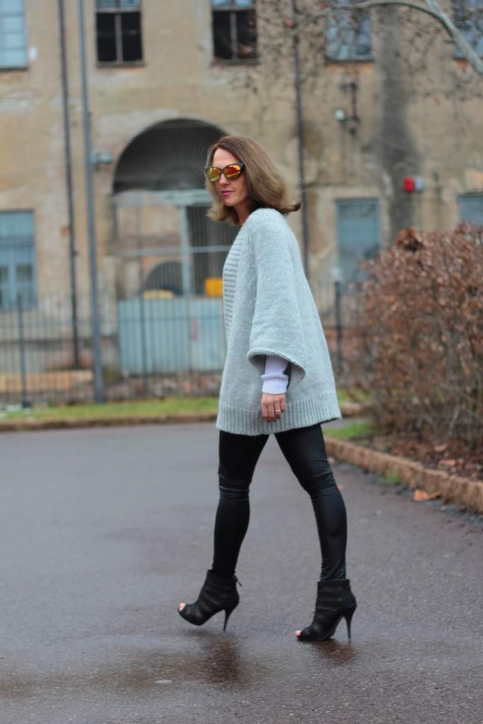 Fashion blogger, Fashion blog, Maggie Dallospedale fashion diary, fashion outfit, Fashion Blogger question, Glam Cowgirls, Dragon tee, Maxi Cardigan, 10