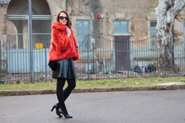 Orange faux Fur su un total black per il mio outfit di oggi. Ve lo racconto qui!