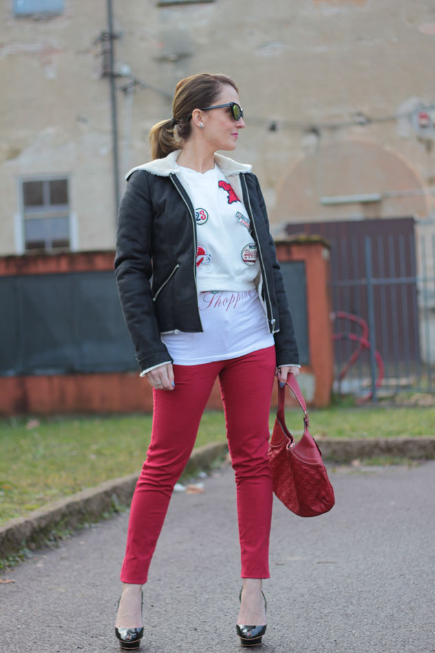 Fashion-blogger,-Fashion-blog,-Maggie-Dallospedale-fashion-diary,-fashion-outfit,-sweatshirt,-Red-pants,-4