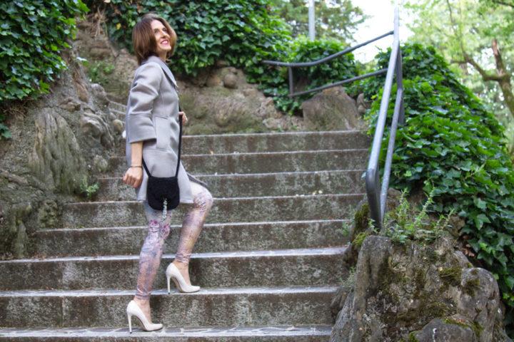 Leggings per un outfit bon ton e una mini bag di Anna Rachele
