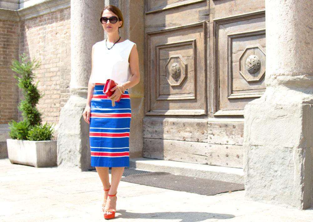 Maggie Dallospedale, Fashion blogger, Pencil skirt, red mini bag, Chanel sunglasses, Sante Sandals