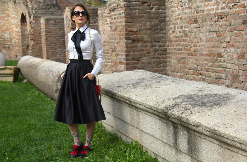 Outfit bon ton, Outfit bianco e nero con dettagli rossi