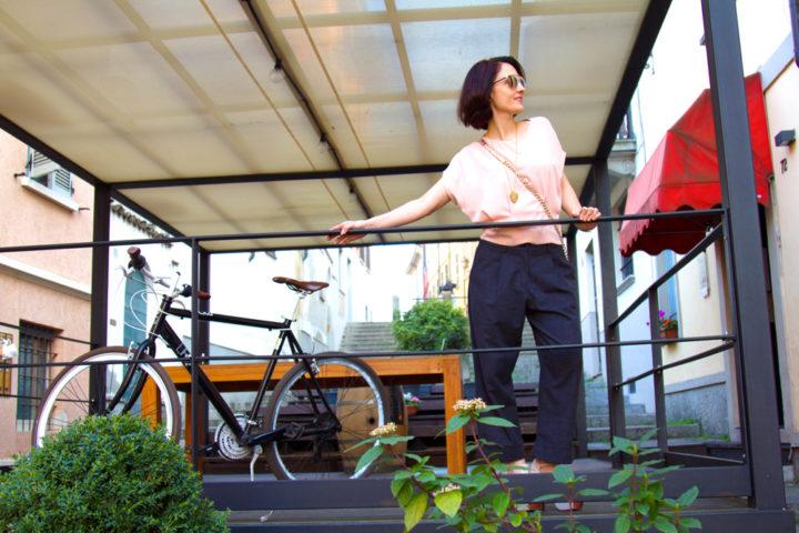 Look appuntamento lavoro: pink top, grey pant e un accessorio invisibile