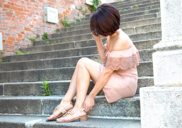 Sandali gioiello bassi per un look estivo in stile easy chic