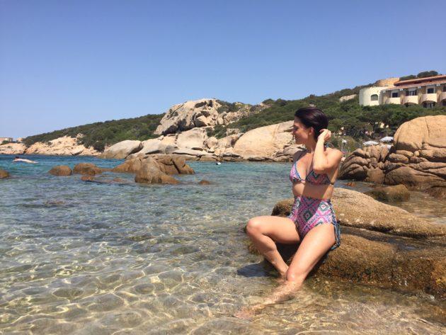 Bikini vita alta per un look da spiaggia chic e raffinato