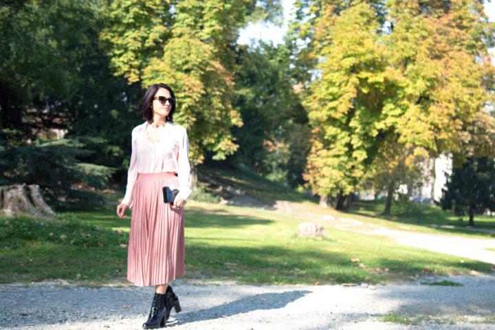 Come rendere brioso un outfit total pink con stivaletti in vernice
