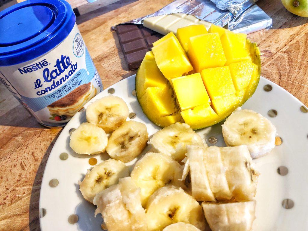 Stecco gelato con il latte condensato Nestlé e frutta