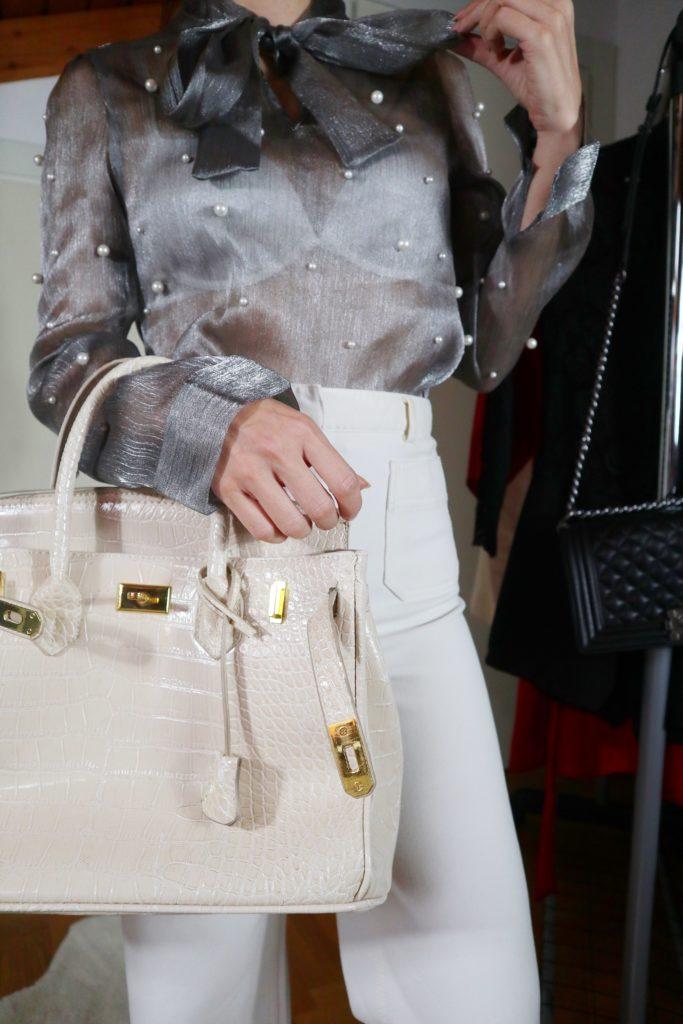 Sheer trend: come abbinare una camicia trasparente con perle e fiocco