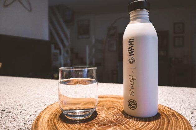 Quanta acqua bere al giorno e rendere un gesto quotidiano in straordinario