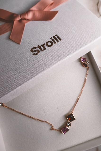 Parure di gioielli: indossare insieme i bijou della stessa linea? (Galateo dei gioielli)