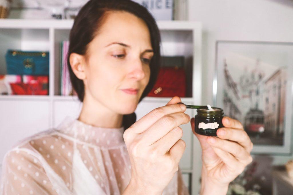 Come applicare la crema contorno occhi in modo corretto