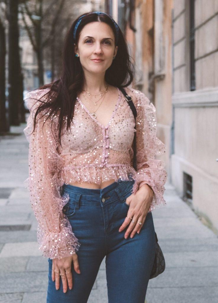 Cosa indossare sotto una blusa trasparente e come abbinarla.