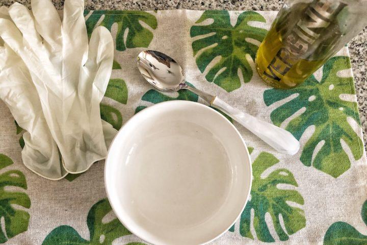 Impacco per mani screpolate con un ingrediente (olio d'oliva extra vergine)
