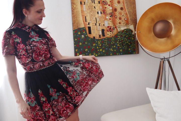 Stampa floreale su fondo nero per un vestito adatto alla primavera 2020