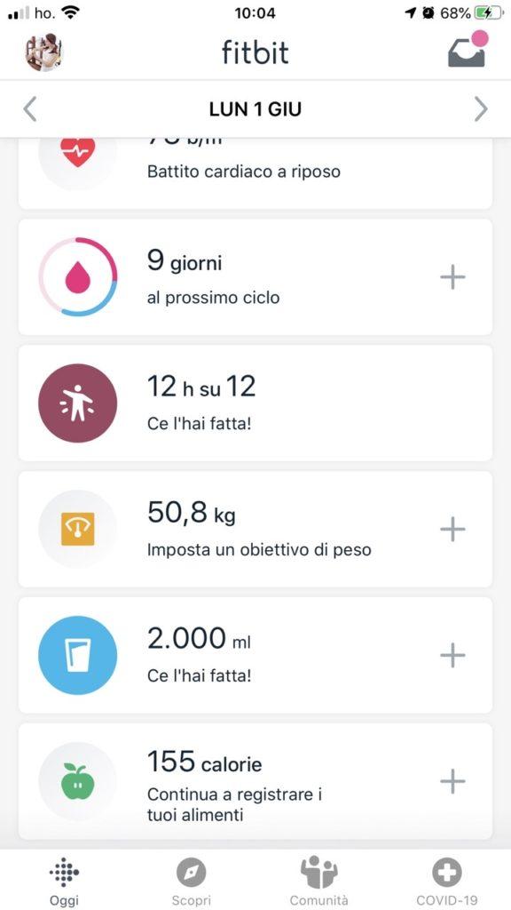 Da tutto ciò ho imparato che quelle diete che facevo per la prova costume non servono a nulla. In un primo momento si è felici perché si perde peso. Ma i risultati non durano quasi mai. Il vero segreto per una vita più sana e per stare bene è ESSERE CONSAPEVOLI del nostro corpo. Monitorare l'alimentazione, il peso (senza che diventi un'ossessione), l'acqua che beviamo (questo si può fare sempre grazie all'app di Fitbit), il sonno e infine l'attività motoria. E vi prego, smettete di pensare (come facevo io) che se non ci alleniamo tre ore al giorno, non saremo mai in forma. Bastano (lo dico perché l'ho sperimentato) mezz'ora al giorno di camminata per accumulare minuti in zona attiva (Fitbit Charge 4 vi guida affinché possiate monitorare anche questo) e per migliorare TUTTO! Perché ne sono certa? Sono ormai più di tre mesi che non mi alzo stanca e senza forza, anzi con tanta voglia di sentire il mio organismo che reagisce bene.