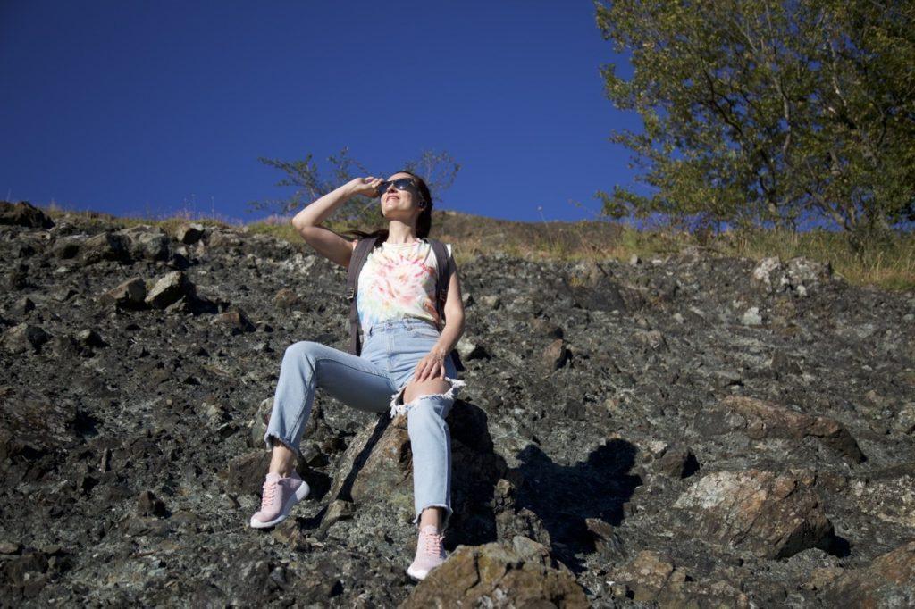 Outfit ideale per una passeggiata sui monti: ecco uno stile easy cool!