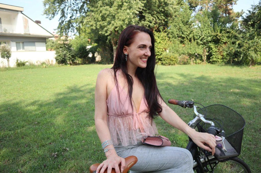 Outfit per andare in bicicletta? Aggiungete un pizzico di femminilità